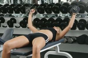 Девушка занимается с гантелями Лучшие комплексы упражнений для похудения