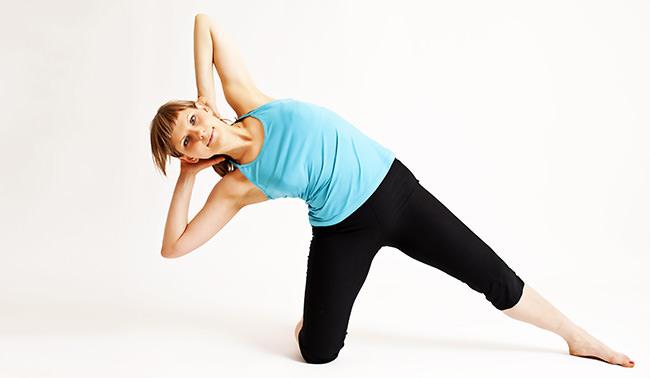 Девушка в синей майке Лучшие комплексы упражнений для похудения