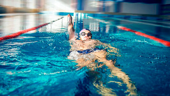 Учимся плавать на спине: фото и видео